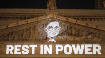 Imagen proyectada en la fachada del Tribuna Supremo en memoria de Ruth Bader Ginsburg