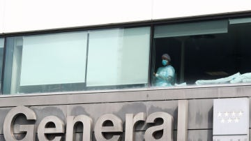Una trabajadora del Hospital de La Paz mira por la ventana
