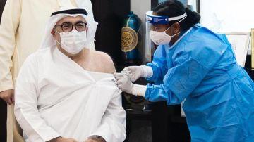 El ministro de Salud de Emiratos Árabes Unidos, Abdulrahman al Owais, recibe la vacuna contra la COVID-19