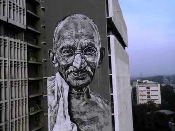La celebración del Día Internacional de la No Violencia coincide con el nacimiento de uno de los líderes de la lucha pacifista: Mahatma Gandhi, que pasó de ser un estudiante de Derecho a lograr la independencia de su pueblo frente a las colonias británicas.