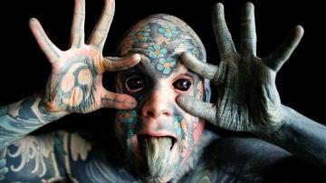 La historia de 'Freaky Hoody', el hombre más tatuado de Francia que perdió un trabajo de profesor por asustar a los niños