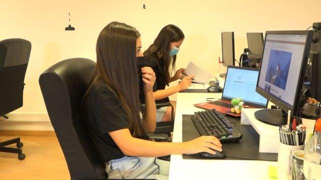 Empleadas trabajando en el ordenador