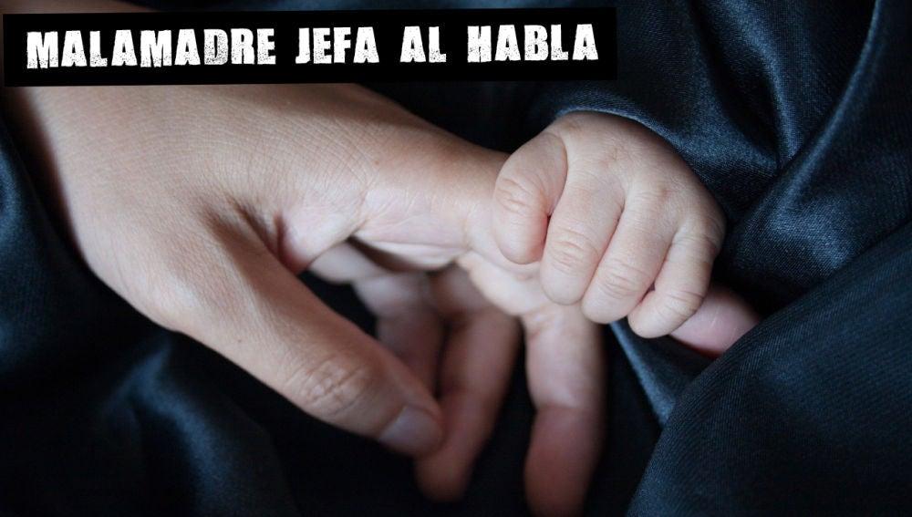 Las manos de una madre y su bebé