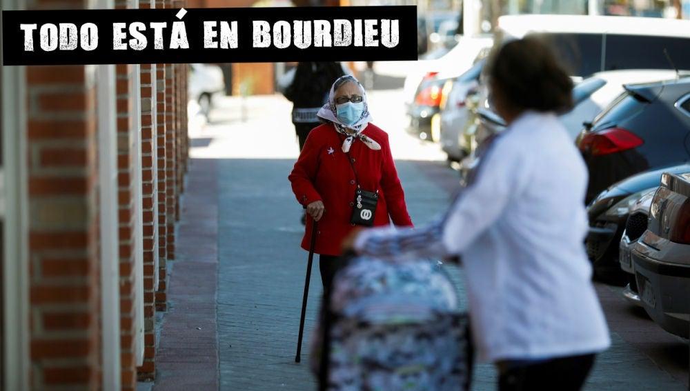 Varias personas pasean por las calles de Fuenlabrada, una de las áreas con restricciones