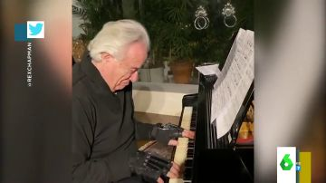 El emocionante vídeo de un pianista que vuelve a tocar tras 20 años sin poder hacerlo gracias a unos guantes biónicos