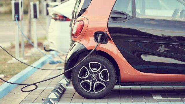 En España tener un coche eléctrico cuesta más que un diésel, pero ¿cuánto?
