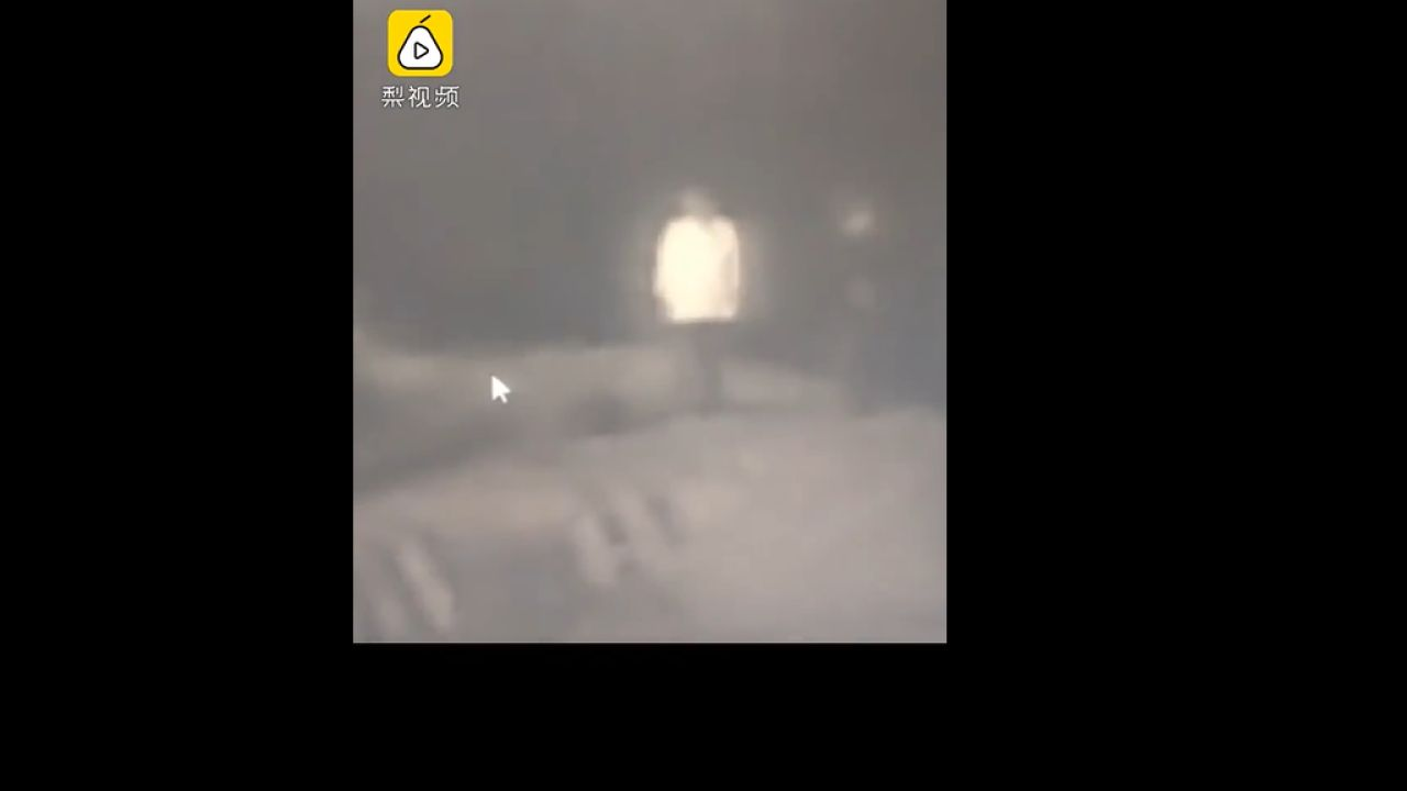 Fotograma del vídeo que recoge el empujón mortal de un padre a su hijo