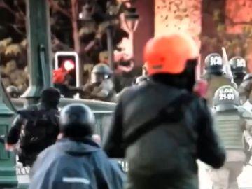 Un agente lanza al río a un menor que se manifestaba en Chile