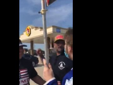 Momento de la agresión de un seguidor de Trump a un manifestante en Denton