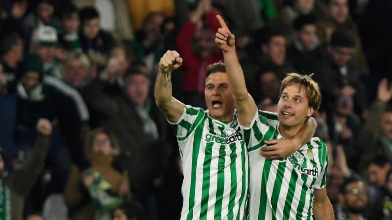 Sergio Canales y Joaquín, en un partido ante el Betis.