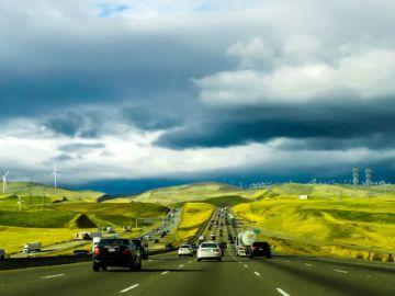 Coches conduciendo por carretera
