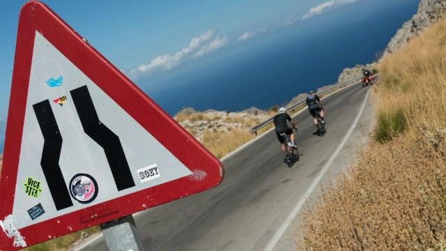 Adelantar en curva a un ciclista puede ser una maniobra delicada