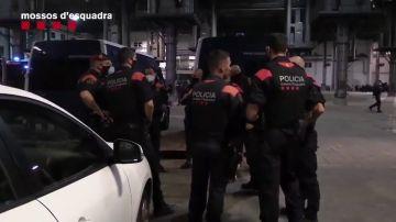 Las imágenes de una operación de los Mossos contra la venta de droga en El Raval (Barcelona)