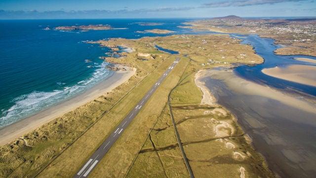 Pista de aterrizaje en el aeropuerto de Donegal