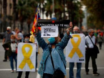 Manifestantes de organizaciones independentistas se han concentrado este viernes ante la estación de Francia de Barcelona