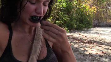 El truco de belleza de Mireia Borrás, diputada de Vox: así se 'lava' los dientes la diputada de Vox con un trozo de carbón
