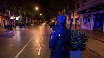 Una patrulla de la Policía Nacional en la calle Blanquerna de Palma, Mallorca
