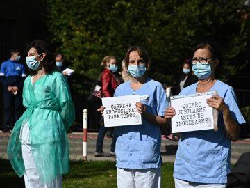 Manifestación de sanitarios este lunes en la puerta del hospital universitario Príncipe de Asturias de Alcalá de Henares (Madrid)