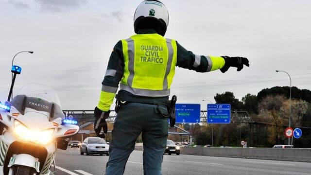 La Guardia Civil parando a vehículos