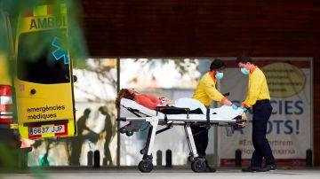 Dos técnicos de emergencias médicas ingresan a un enfermo en el Hospital de Bellvitge de Barcelona.