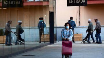 Varias personas entrando en un supermercado de Barcelona