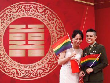 Dos militares lesbianas del ejército de Taiwán han sido las primeras en casarse, con sus respectivas parejas, en una ceremonia militar.