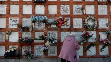 Una mujer, en el cementerio de La Almudena en el Día de Todos los Santos