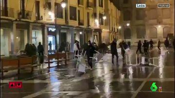 Cinco detenidos y múltiples daños materiales en la tercera noche de disturbios por las restricciones ante el COVID-19