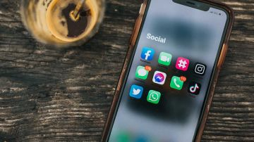 Redes sociales en un móvil