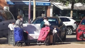 La fotografía de dos señoras mayores sentadas en un banco de Tres Cantos que se ha convertido en un ejemplo de lucha contra el coronavirus