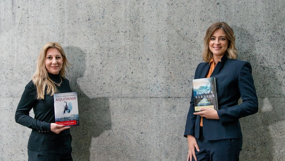 Eva García Sáenz de Urturi y Sandra Barneda