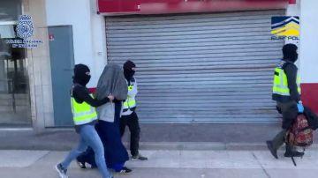 """Detienen a una mujer española que planeaba viajar a Siria para unirse al Dáesh y """"ser mártir"""""""