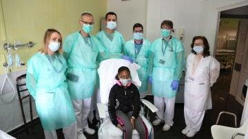 Una niña de 12 años recibe el alta después de 45 días hospitalizada en el Hospital Vall d'Hebron