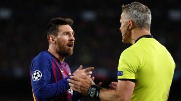 Leo Messi y Bjorn Kuipers