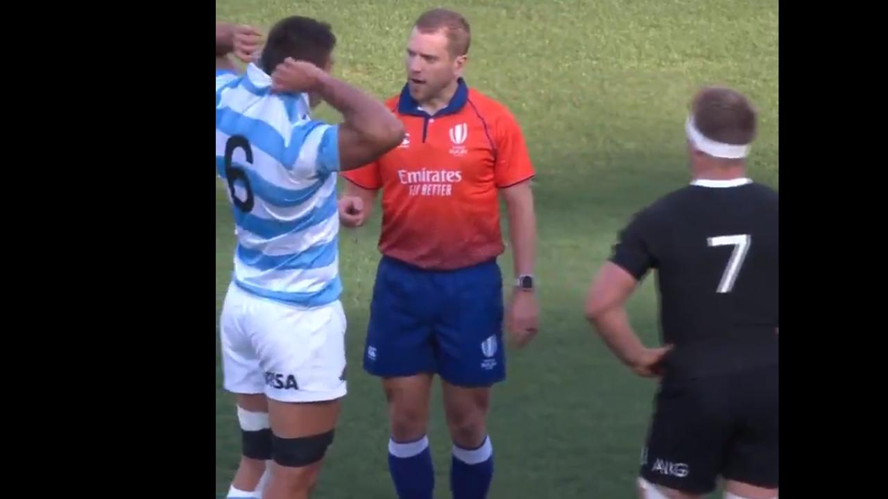 Un árbitro regaña al capitán de Nueva Zelanda por meterse en una pelea