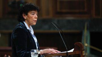 . La ministra de Educación, Isabel Celaá, durante su intervención en el pleno del Congreso.