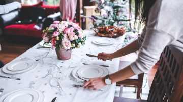 Preparativos para una cena de Navidad.