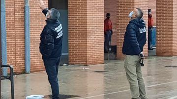 Agentes de la Policía Foral tratan de negociar con el hombre.