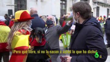 """El rifirrafe entre dos simpatizantes de Vox por El Intermedio en pleno reportaje de Pablo Ibarburu: """"Eso lo cree usted"""""""