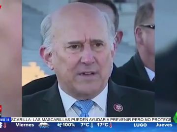 El incómodo momento en el que un congresista de EEUU pierde un diente mientras habla en una rueda de prensa