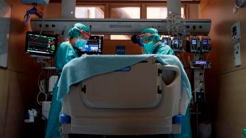 Dos profesionales sanitarios trabajan en la UCI del Hospital Vall d'Hebron de Barcelona.