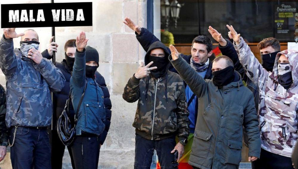 Varios jóvenes realizan el saludo nazi durante el acto de Vox en Barcelona