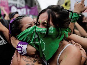 Dos mujeres se abrazan en Buenos Aires al conocer el resultado de la votación