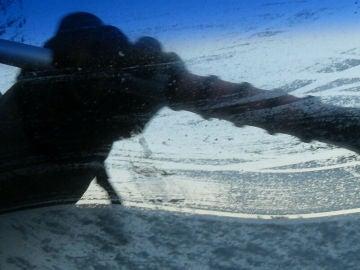 El gel hidroalcohólico puede ser útil, pero habrá que limpiar el parabrisas después