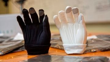Vista de dos guantes fabricados por JMP Ingenieros