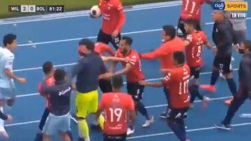 Pelea en el partido entre Jorge Wilstermann y Bolívar.