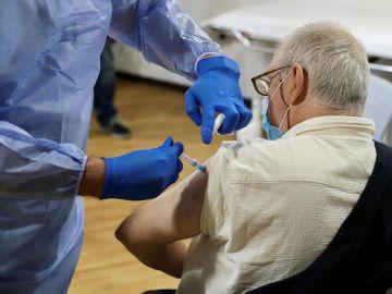 Una sanitaria administra la vacuna de Pfizer en una residencia