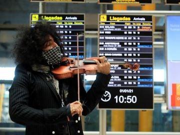 El violinista Ara Malikian, en un concierto improvisado en Barajas