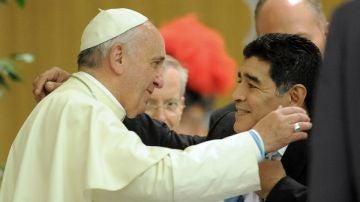 El Papa Francisco, con Maradona