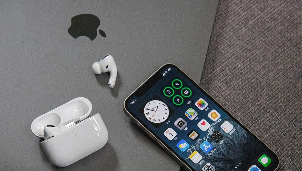 MacBook junto a un iPhone y los AirPods